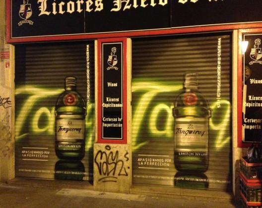 Tanqueray campaña de Cierres pintados en el centro de Madrid